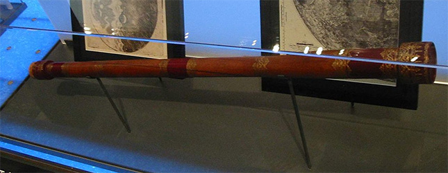Réplique d'une lunette d'approche de Galilée exposée à l'observatoire Griffith de Los Angeles.