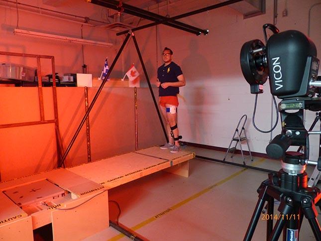 Vue du couloir de marche, d'une des composantes du système optoélectronique de capture 3D de mouvement VICON et de la plateforme de force AMTI