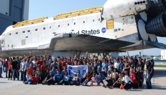Les participants et le personnel du SSP12 au « Kennedy Space Center » durant la mise hors service de la navette spatiale, le 29 juin 2012.
