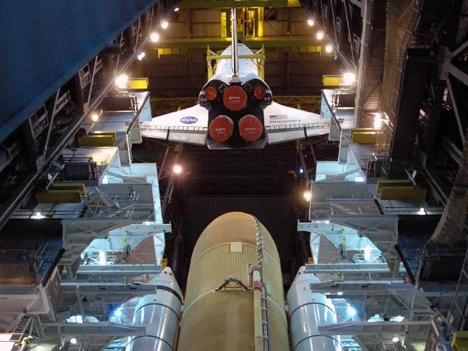 Une grue descend la navette spatiale Discovery sur les lanceurs SSET et SSSRBs dans la baie 3 du «Vehicle Assembly Building» pour le STS-124.