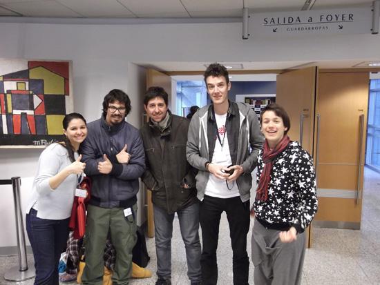 Lorena Escadon, Pierre-Antonie Laine et Guillaume Grillon avec leurs partenaires d'équipe à l'Université de Montevideo en Uruguay.