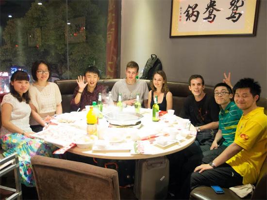 Samuel Rispal, Jérémy Méjane et Jeason Blair de l'ÉTS avec leurs collègues de l'université UTSEUS à Shanghai.