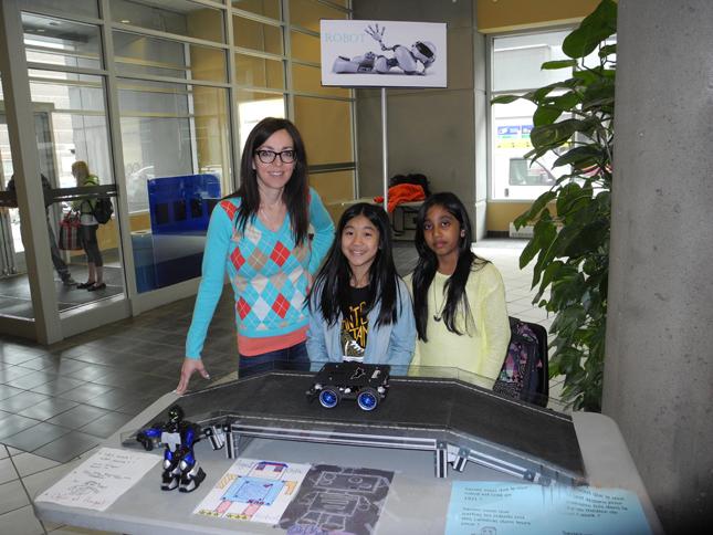 La en compagnie d'Angel et d'Orfin qui ont fait une démonstration de leurs talent des programmeuses robotiques.