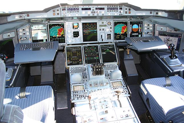 Voici la cabine de pilotage de l'Airbus A-380 : Beaucoup de systèmes logiciels et millions de lignes de code!