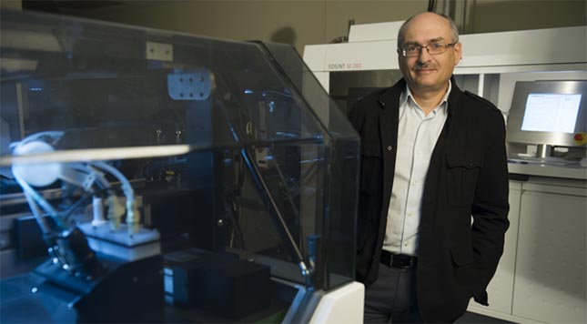 Le professeur Vladimir Brailovski dans l'un de ses laboratoires de fabrication additive