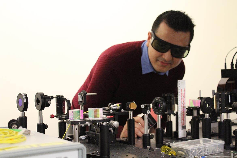 Prabin Pradhan du laboratoire de photonique innovante de l'ÉTS