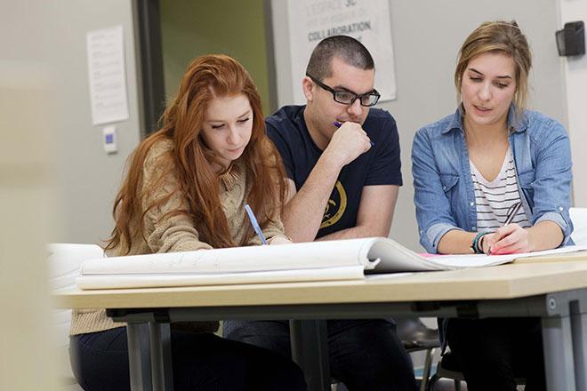 Étudiants travaillant en équipe à l'ÉTS