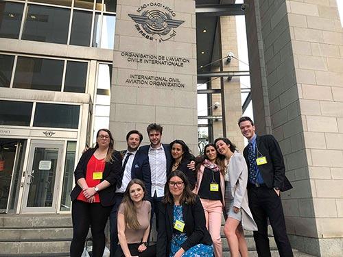 Des étudiants de l'École de technologie supérieure devant l'édifice de l'OACI
