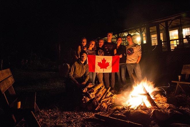 Étudiants de l'ÉTS autour d'un feu de camp
