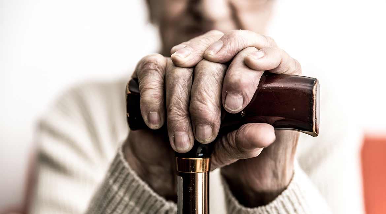 Femme âgée souffrant de la maladie d'Alzheimer