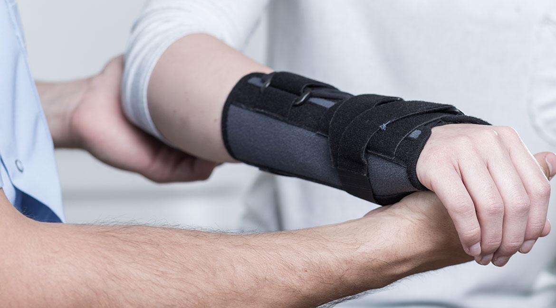 Physiothérapeute avec un patient