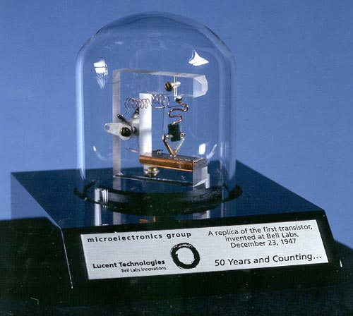 Une réplique du premier transistor